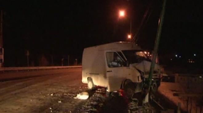 Accident grav la Sinaia. Un şofer a pierdut controlul volanului şi a intrat într-o ţeavă de gaze