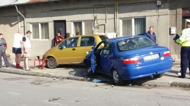 Carambol cu trei maşini la Ploieşti. Mai multe persoane au fost rănite FOTO