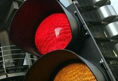 Mai mulţi şoferi ploieşteni au rămas fără permis după ce au trecut pe roşu