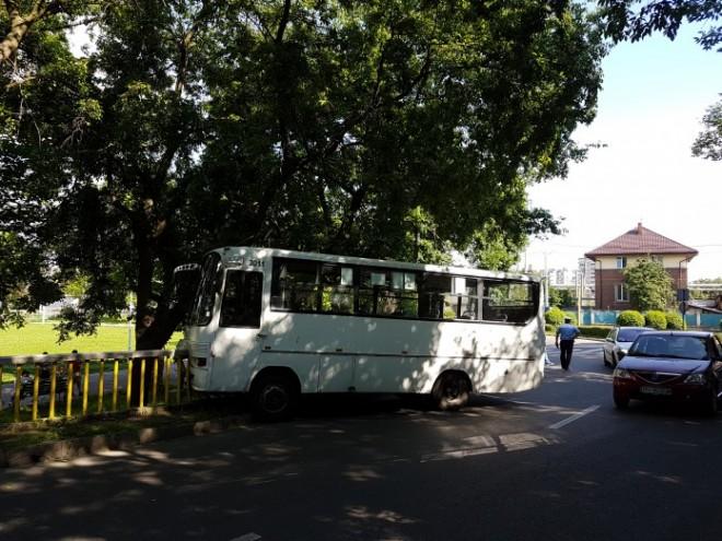 Un puşti a furat un autobuz TCE din staţie şi a făcut ACCIDENT pe Podul de la Gara de Sud