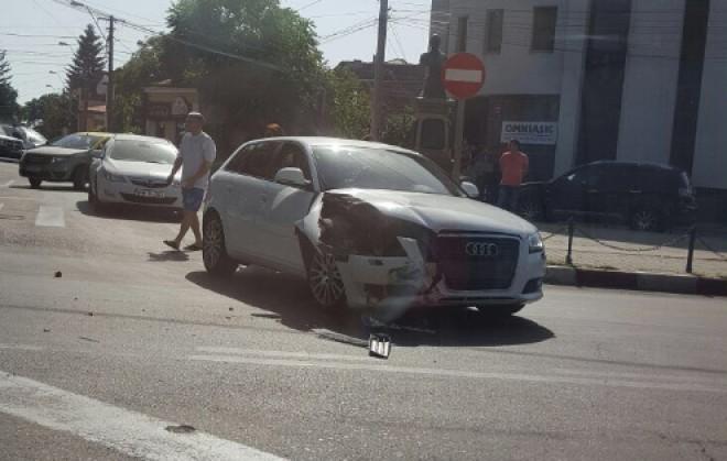 Accident pe Bulevard! O femeie a intrat în statuia lui Radu Stanian FOTO