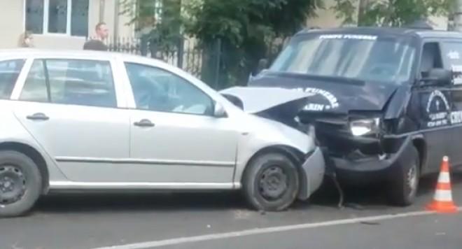 Accident macabru în Campina. O maşină de pompe funebre a fost implicată