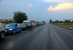 Kilometri de maşini pe DN1, intre Ploieşti si Campina, după ce barierele de la o trecere de cale ferată au rămas blocate