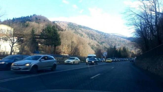 Trafic INTENS pe DN1 Ploiești - Brașov. Se circulă cu 20 — 30 de km/ h