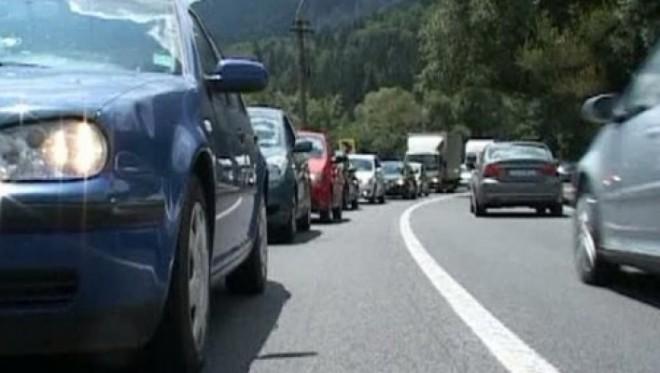 Autostrada A1, blocată din cauza unui incendiu de vegetaţie. Trafic îngreunat şi pe Valea Prahovei şi Autostrada Soarelui VIDEO