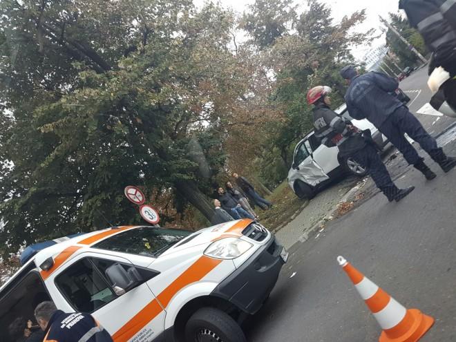 ACCIDENT pe Bulevardul din Ploieşti. Mai multe ambulanţe au fost solicitate FOTO
