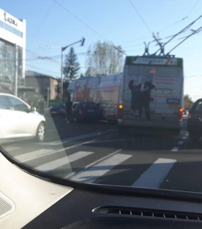 Un troleibuz a fost implicat într-un accident rutier în Ploieşti