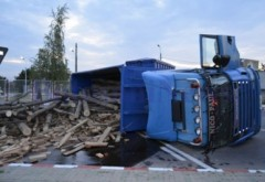 Un camion cu lemne s-a RĂSTURNAT în zona Metro