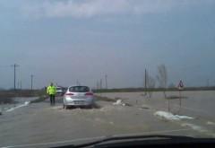 INUNDAŢII pe şoselele din Prahova. Două TIR-uri s-au ciocnit pe DN 1B în satul Loloiasca