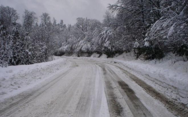TRAFIC în condiţii de iarnă pe multe drumuri din ţară. Unde se circulă cu dificultate