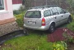 Accident în Campina. O maşină a ajuns în curtea unei case