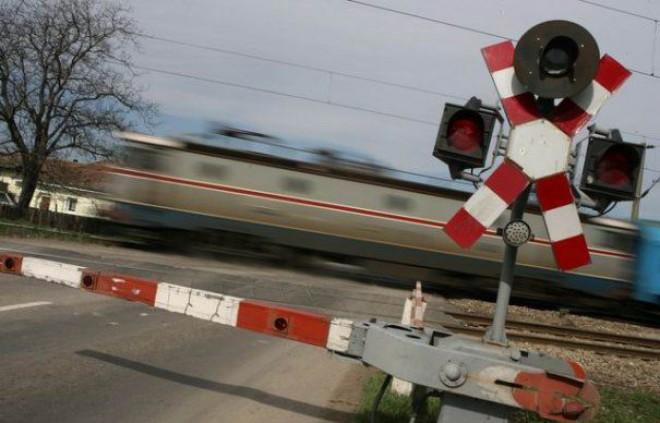 Autoturism lovit de tren la Măneciu