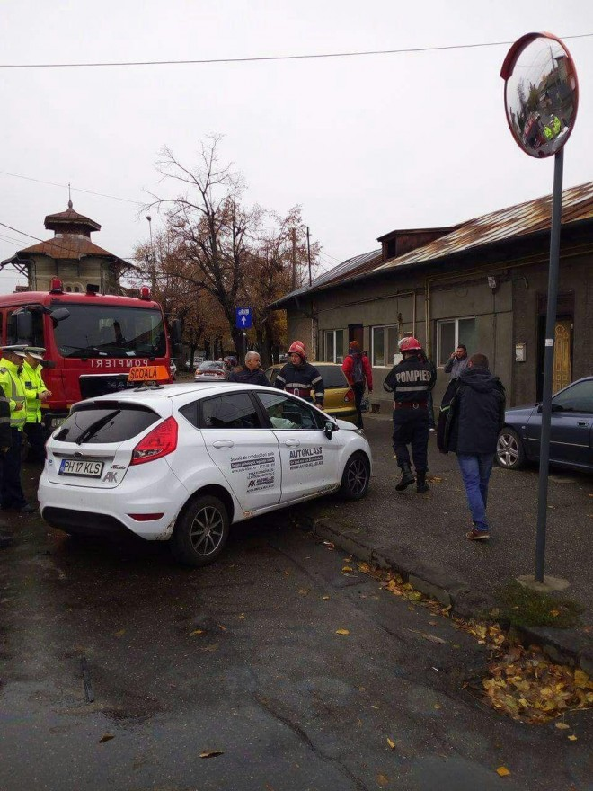 Accident rutier, duminică dimineaţă, în Ploieşti. O maşină de ŞCOALĂ a fost implicată