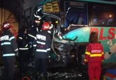 Două autobuze pline cu pasageri s-au ciocnit. 17 persoane, transportate la spital