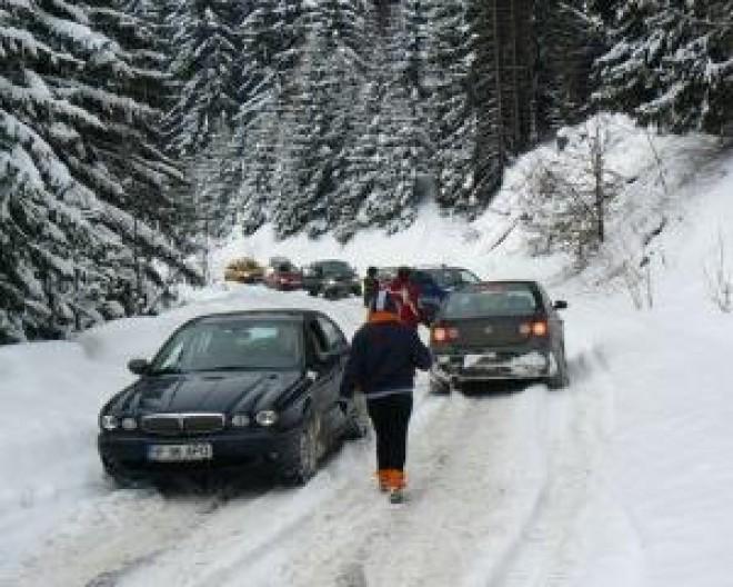 Masina cazuta in rapa, la Sinaia, dupa ce a derapat pe drumul către Cota 1400