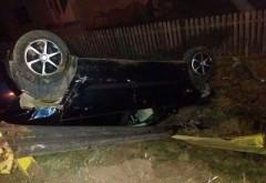 Ce a făcut un şofer după ce s-a răsturnat cu mașina într-un șanț, la Vărbilău