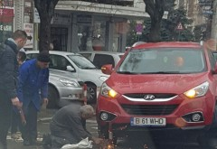 Accident pe strada Emile Zola, langa Primarie. Un autoturism a ramas blocat intr-un stalpisor stradal