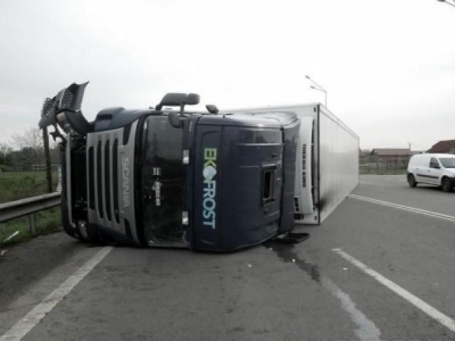Accident grav in Valenii de Munte. Un TIR s-a rasturnat, soferul este incarcerat