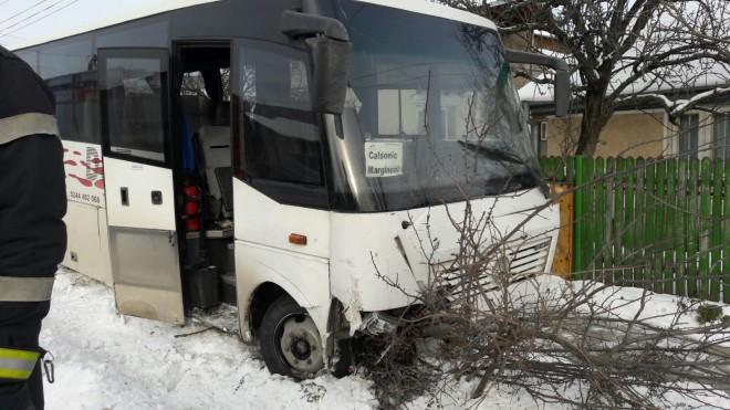 Accident in Aricestii Rahtivani, sat Stoienesti, intre un autobuz si un autoturism