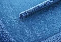 Sfaturi pentru şoferi pe timp de ger. Cât de important e lichidul de parbriz şi ce trebuie să faceţi dacă îngheaţă portierele