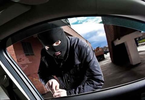 Patru maşini sparte într-o noapte! Dosar penal pentru furt calificat