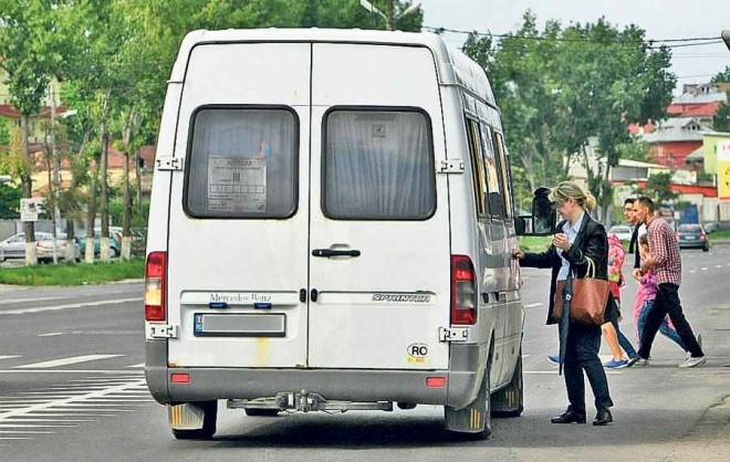Microbuz fără licenţă, depistat de poliţişti