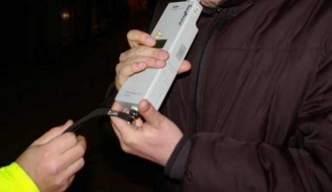 Un şofer băut a intrat cu maşina în scuarul unei stații de tramvai din Ploieşti