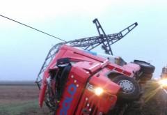 Camion răsturnat pe DN 1, la Băneşti