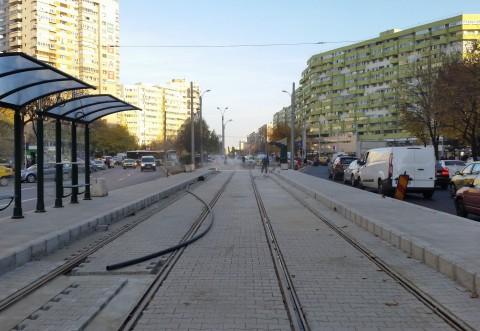 O maşină a intrat în refugiul unei staţii de tramvai, la Ploieşti