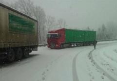 Şoferi INCONŞTIENŢI! Au plecat la munte cu maşinile neechipate de iarnă. Unii sunt BLOCAŢI în zăpadă