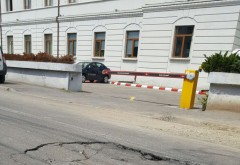 Capcana de pe strada Traian Vuia. Soferii risca sa ajunga la 3 metri sub pamant
