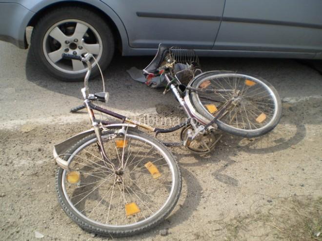 Biciclist lovit de masina, pe strada 8 Martie din Ploiesti