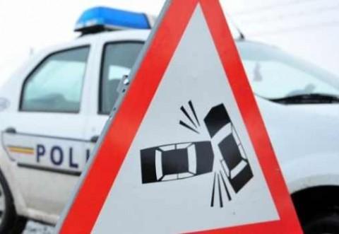 Accident cu masina si caruta la Crivina. Masina s-a rasturnat