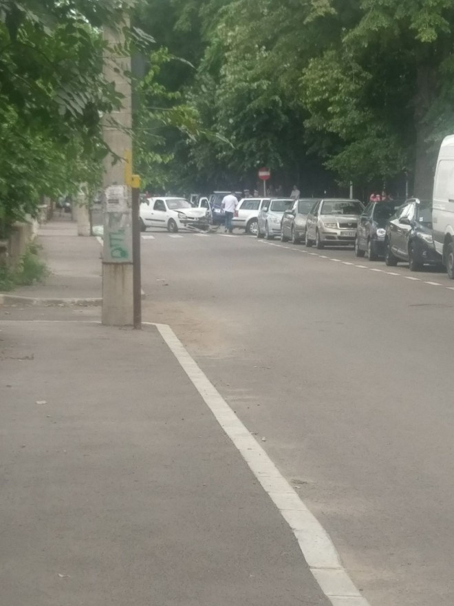 """Inca un accident in """"intersectia prostilor"""" din Ploiesti. Doua masini s-au facut zob, pe strada Hasdeu"""