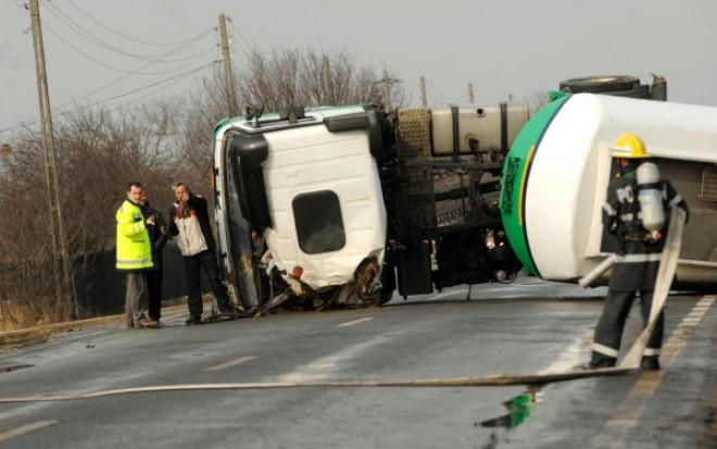 Trafic ÎNCHIS pe autostrada A3 din cauza cisternei răsturnate