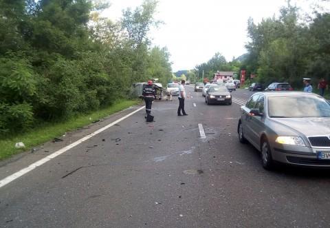 Două maşini răsturnate pe DN 1. Trei persoane sunt rănite- FOTO