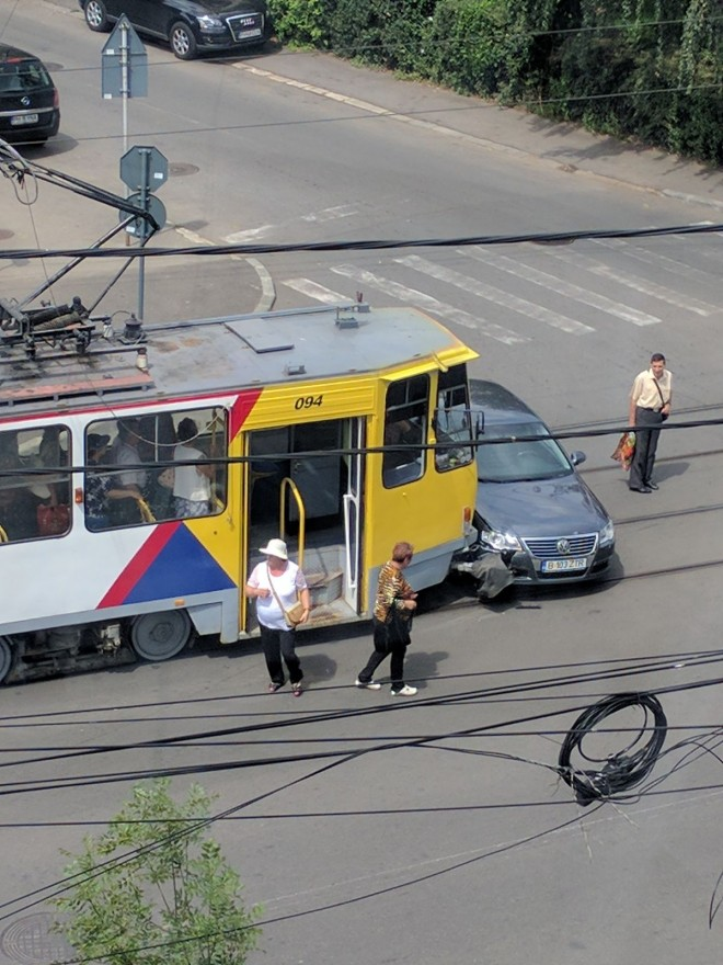 Accident pe strada Democratiei. O masina a fost lovita in plin de un tramvai