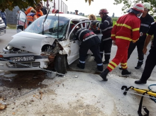 FOTO | Descarcerare la Brazi, pentru a salva un bărbat rănit într-un accident rutier
