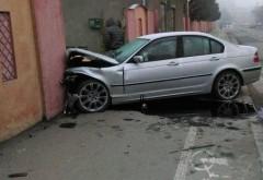 Mort de beat, un ploiestean a ajuns cu masina in gardul unei case