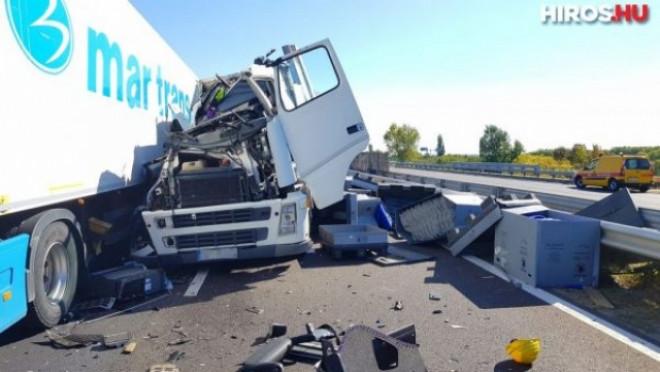 TIR românesc, implicat într-un accident grav pe autostradă în Ungaria. 17 victime - FOTO
