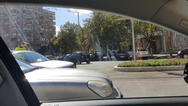 Accident in rond la Caraiman. Un taximetrist agresiv a fost lovit de tramvai!