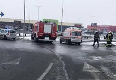 Accident grav in giratoriul de la Carrefour. Trei masini implicate, doua victime