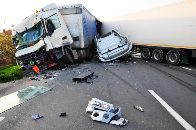 Accident pe DN1 A, la Cheia, intre un TIR incarcat cu lapte si un autoturism