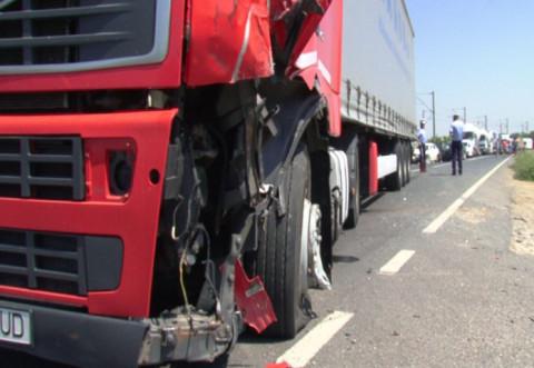 Accident grav pe DN 1A. Doua TIR-uri au intrat in coliziune