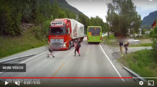 Ce s-a întâmplat cu băiețelul care a traversat strada prin fața TIR-ului. Reacția șosferului. VIDEO
