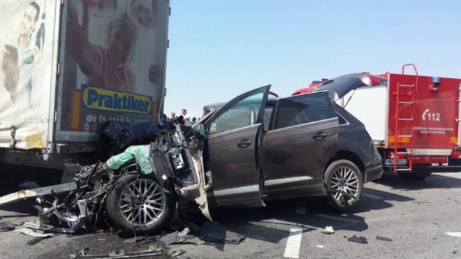 Accident MORTAL pe DN 1, la Comarnic. O masina a fost lovita in plin de un TIR