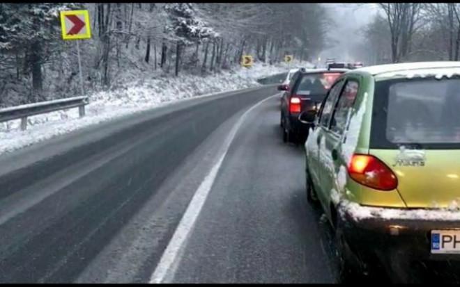 Atentionare pentru soferi! Ninge in zona Sinaia-Azuga