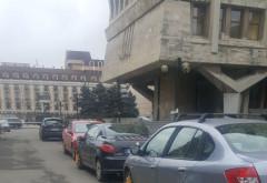 Politia locala si SGU au intrat in forta in masinile parcate ilegal in Ploiesti! Zeci de roti blocate in centru, langa Casa Alba