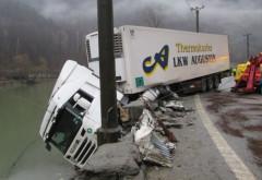 """Accident pe DN 1, la Poiana Tapului. Un TIR a """"aterizat"""" in raul Prahova"""