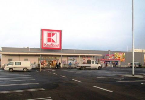 Fetita lovita de masina in parcarea de la Kaufland Vest